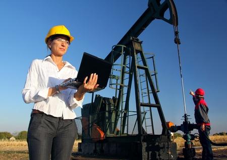 Werknemers in een olieveld, teamwork Stockfoto - 17577046