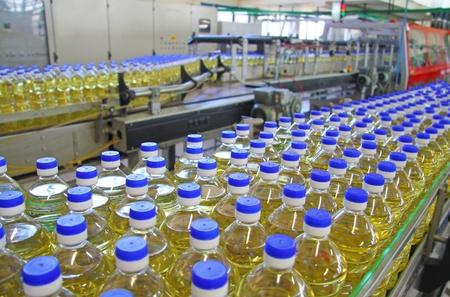 linea de produccion: El aceite de girasol en la botella de pasar la l�nea de producci�n