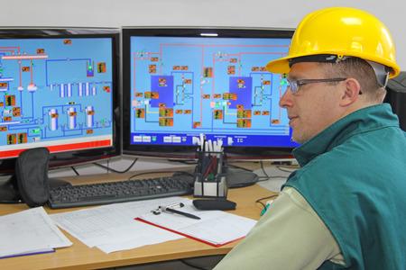 chapeaux: Travailleur industriel en salle de contr�le Banque d'images