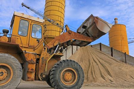 materiales de construccion: Cargador funciona con grava y arena, materiales de construcci�n para la construcci�n y hormigonado en gravera Foto de archivo