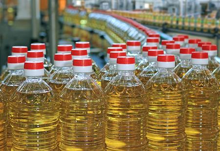 Zonnebloemolie in de fles bewegen op productielijn