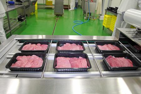 肉スライス コンベア ベルト上の箱での梱包 写真素材