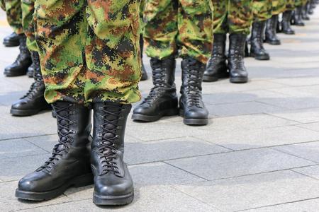 Leger, militairen in de rij staan Stockfoto - 56304435
