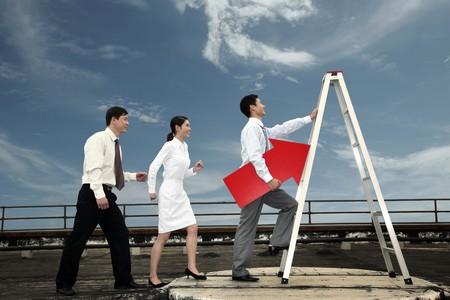 escaleras: Gente de negocios en una l�nea de cola para subir una escalera Foto de archivo