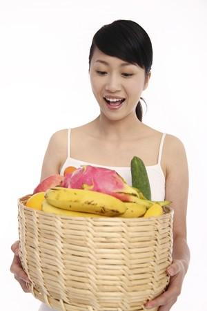 Donna con un cesto di frutta e verdura fresca Archivio Fotografico - 4194459
