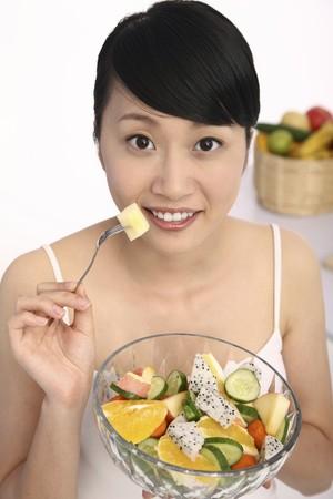 salade de fruits: Une femme sur le point de manger la salade de fruits Banque d'images
