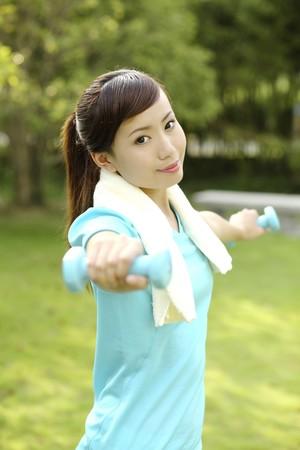 lifting weights: Mujer levantando pesas Foto de archivo
