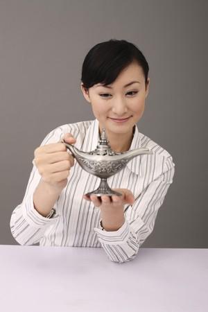 lampada magica: Businesswoman holding lampada magica Archivio Fotografico