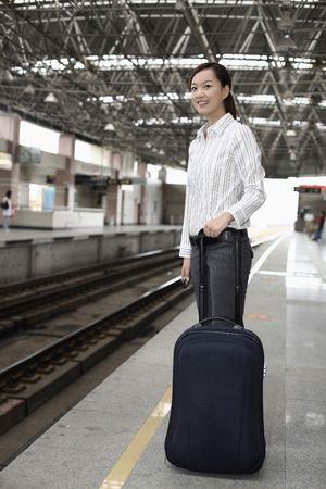 estacion de tren: Mujer de pie en la plataforma de la estaci�n de tren de