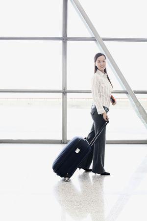 estacion de tren: Mujer con maleta posando en la estaci�n de tren de