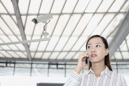 estacion de tren: Mujer hablando por tel�fono en la estaci�n de tren