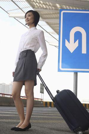 estacion de tren: Mujer con maleta esperando en la estaci�n de tren Foto de archivo