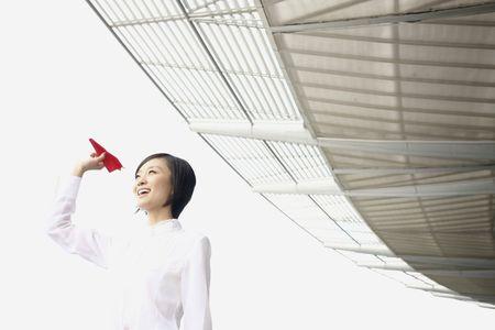 papierflugzeug: Frau mit Papier Flugzeug, l�cheln