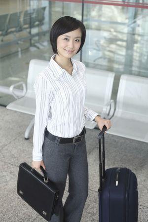 estacion de tren: Mujer con maleta y la bolsa de pie en la estaci�n de tren