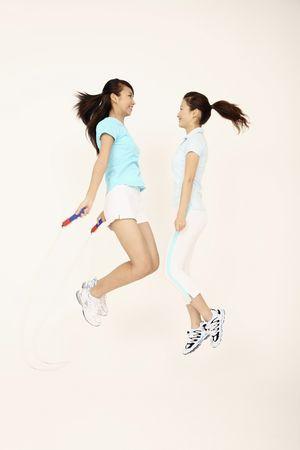 Dos chicas jugando con saltar la cuerda