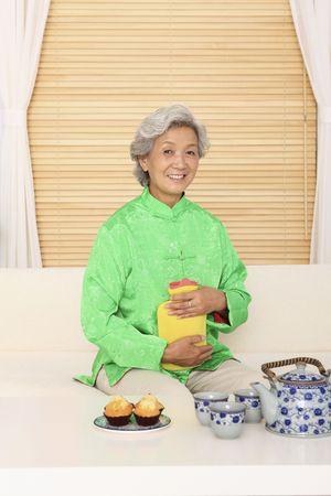 w�rmflasche: Senior Frau Hot ? Wasserflasche, halten, die in die Kamera l�chelnd Lizenzfreie Bilder