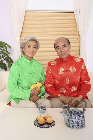 w�rmflasche: Senior Mann und Frau in leitenden traditionelle Kleidung posieren f�r die Kamera