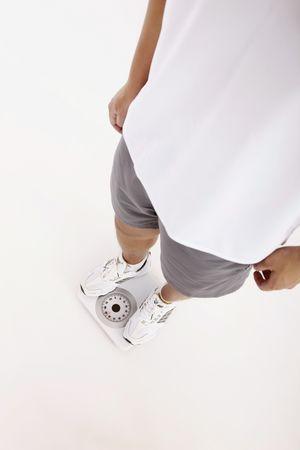 gewicht skala: Mann, stehend auf Gewicht-Skala Lizenzfreie Bilder