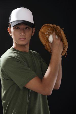 guante beisbol: Hombre con b�isbol y guante de b�isbol Foto de archivo