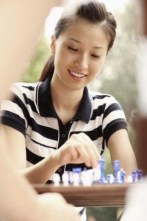 jugando ajedrez: El hombre y la mujer que juega ajedrez
