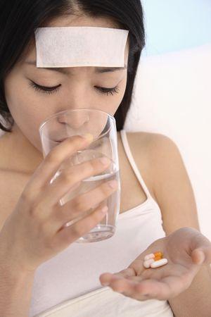 tomando refresco: Mujer de tomar el medicamento