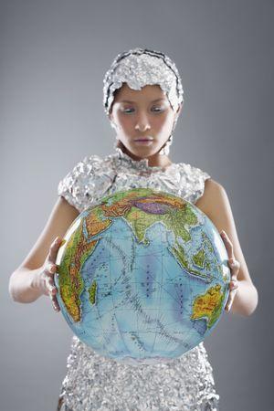 holding globe: Donna Accessori foglio indossa globo