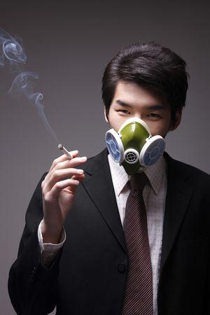 gasmasker: Man met gasmasker roken sigaret Stockfoto