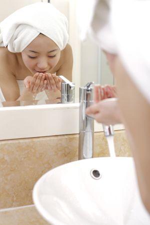 lavabo salle de bain: La jeune femme face � la salle de bains de lavage de puits