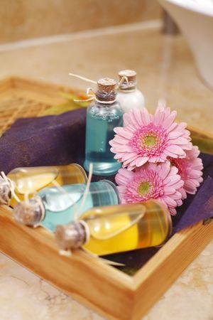gel douche: Des bouteilles de gel douche et shampoing sur plateau