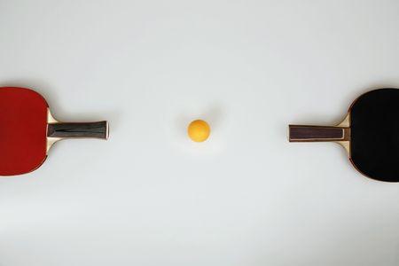tischtennis: Tischtennisschl�ger und Tischtennis-Ball in der Mitte