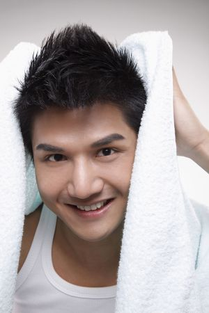 towel: Hombre secar el pelo con una toalla