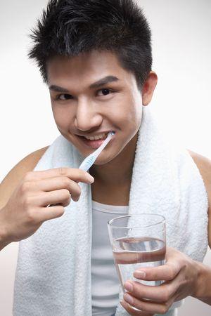 cepillarse los dientes: Hombre cepillarse los dientes Foto de archivo
