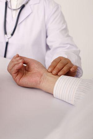 puls: Lekarz biorąc pacjenta pulsu