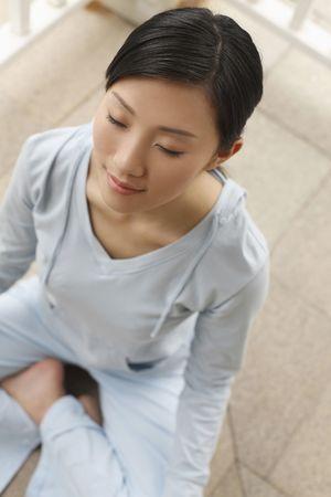 mujer meditando: Mujer meditando en el porche Foto de archivo