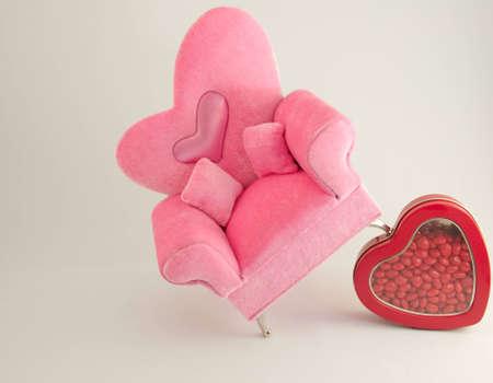 reb: Rosa en un sill�n reb caja de dulces corazones.
