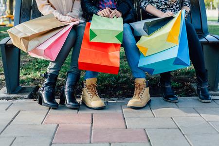 カラフルなショッピング バッグを持つ女の子のクローズ アップ 写真素材