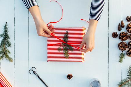 ギフト包装。女性パック贈り物、ステップバイ ステップ