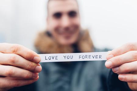 Jeune homme amoureux tenue vous aime toujours un message Banque d'images - 50309873