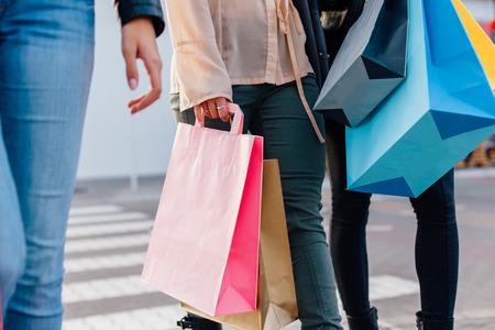mujeres negras: Primer plano de las ni�as con bolsas de la compra