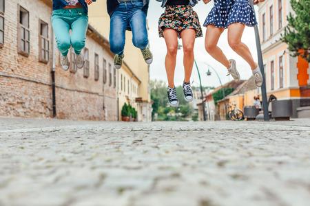 gente saltando: Grupo de adolescentes que saltan en la calle Foto de archivo