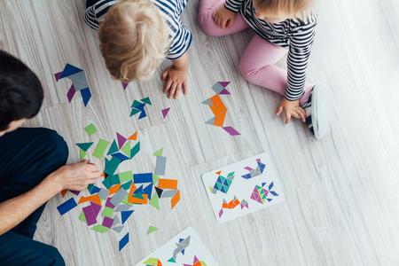 forme: Père jouer puzzle avec des enfants