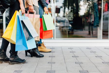 Tieners met kleurrijke boodschappentassen Stockfoto