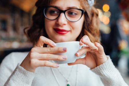 copa: Primer de la mujer joven feliz en un caf�