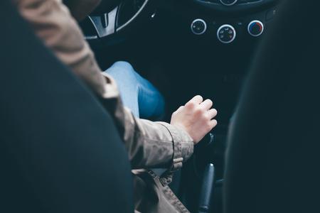 Main sur la transmission. Femme conduite automobile. Banque d'images - 53508886