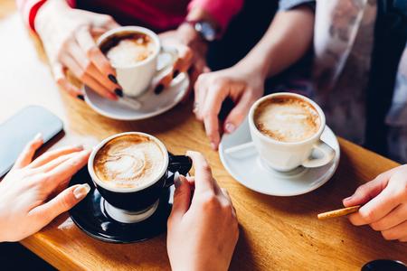 Close-up van de handen met kopjes koffie in een cafe Stockfoto