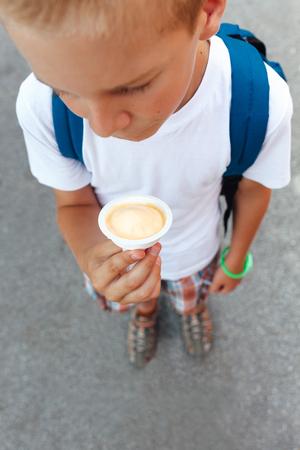 comiendo helado: Schoolboy eating ice cream