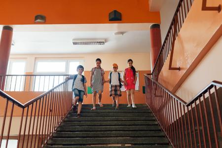 niños saliendo de la escuela: Felices los niños que abandonan la escuela después de clase