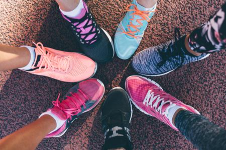 Primer plano de las piernas de los atletas con zapatos deportivos en un círculo Foto de archivo - 62714072