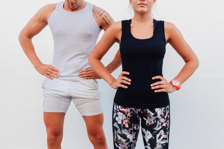 ropa deportiva: Pares caucásicos en ropa deportiva