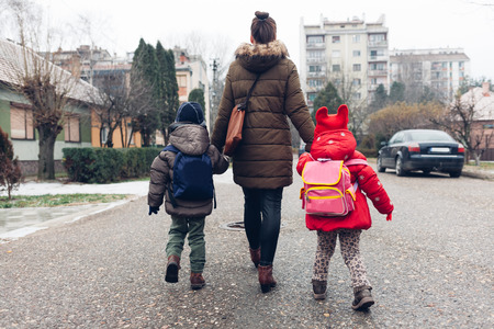 엄마와 아이들이 거리를 걷고있다. 스톡 콘텐츠